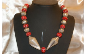 coll. misura media con corallo rosso ,conchiglie e componenti in argento anticato
